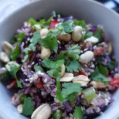 Quinoasalat med rødkål og koriander