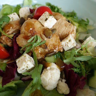 Salat med honning- og sennepsmarinert kylling