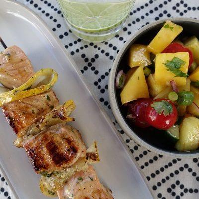 Saftige laksespyd og mangosalat med grillet ananas