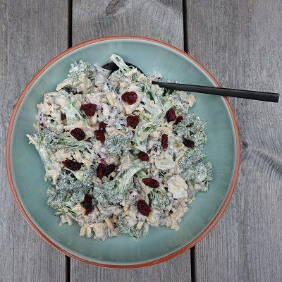 Brokkolisalat med bacon og tranebær