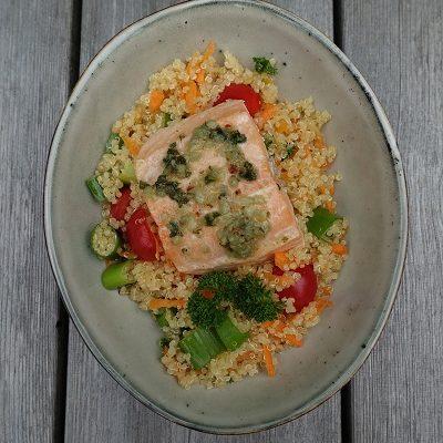 Laks med lun quinoasalat