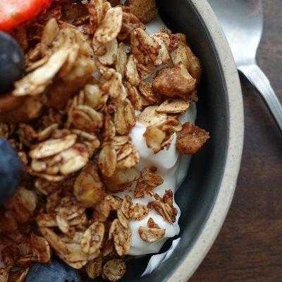 Gresk yoghurt med ristede havregryn og valnøtter