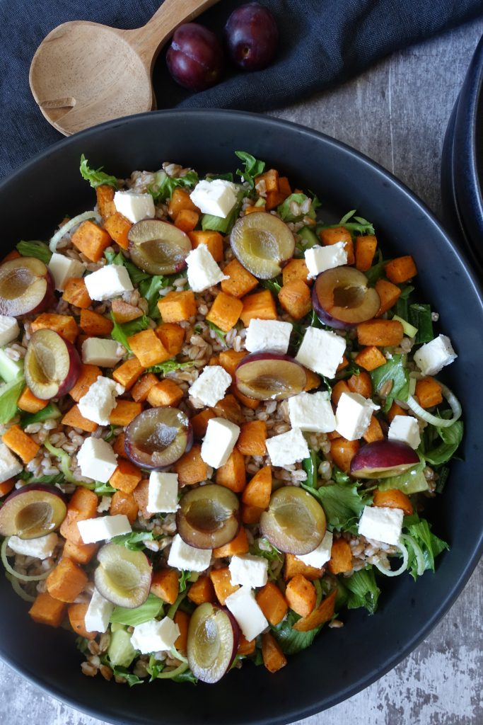 Salat med plommer, søtpotet, fetaost og perlespelt