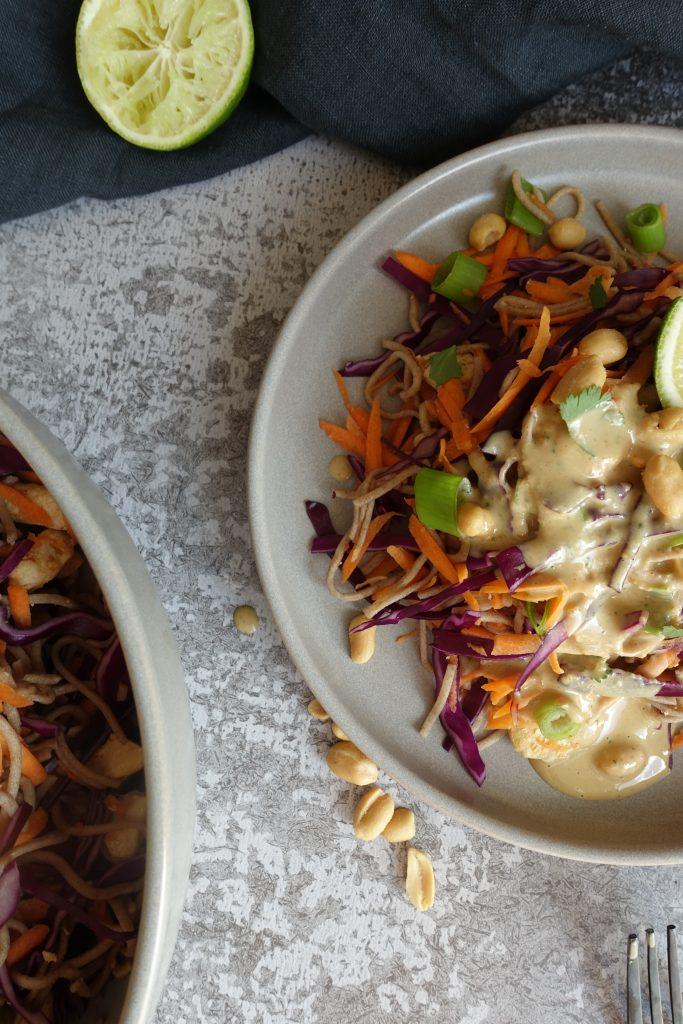 Nudelsalat med peanøttsaus og kylling
